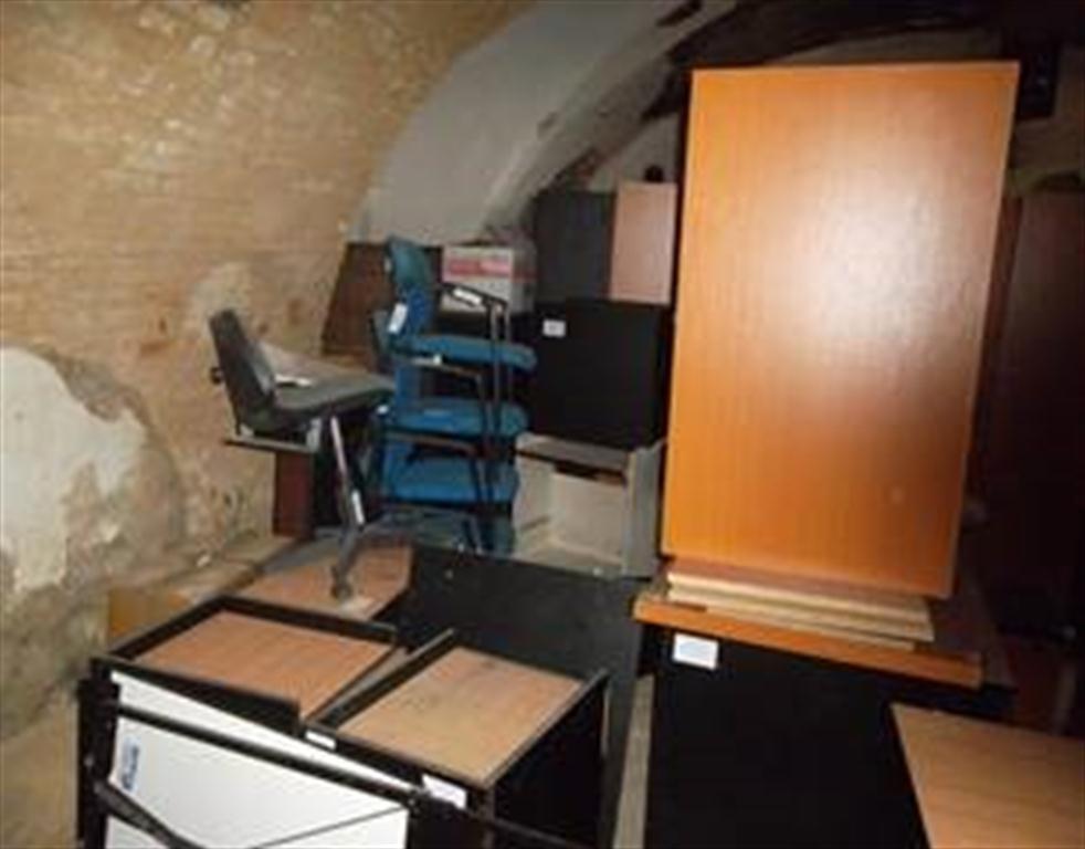 soubor kancelářského vybavení - stoly, židle, křesla, skříně, police