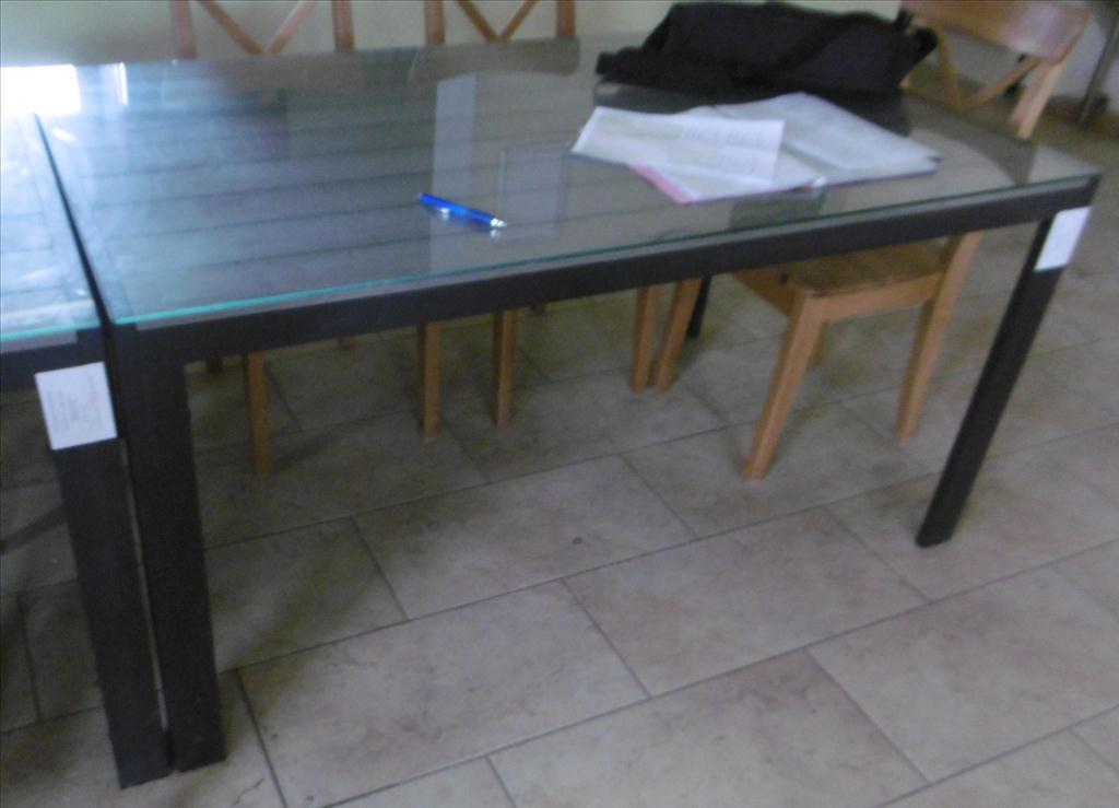 Kovový stůl se sklem - položky 32 až 34