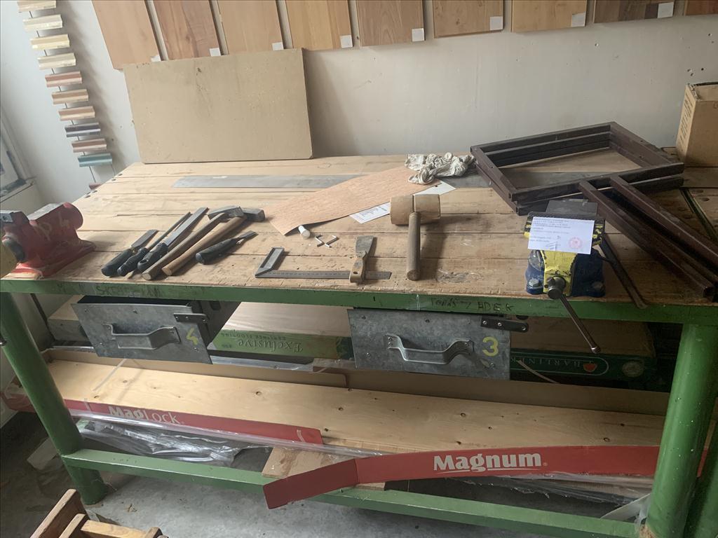 dílenský stůl včetně 2 ks svěráku a 1 ks svěráku na trubky