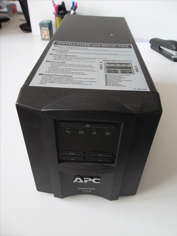 Záložní zdroj APC smart-UPS 750